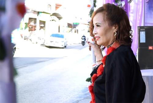 Chị Sao trong bộ váy Dao đỏ cổ truyền của nhà chồng, đứng trước nhà chờ đến giờ đón dâu. Ảnh: Trọng Nghĩa.
