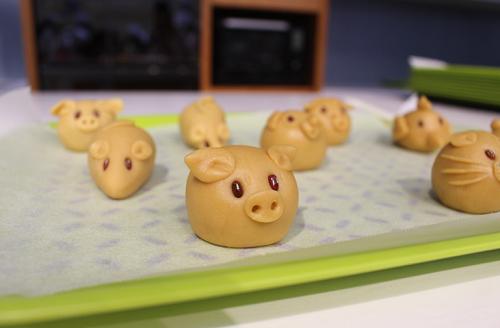 Những chiếc bánh làm mẫu của Ajinomoto Cooking Studio với tạo hình là những chú heo, chuột.