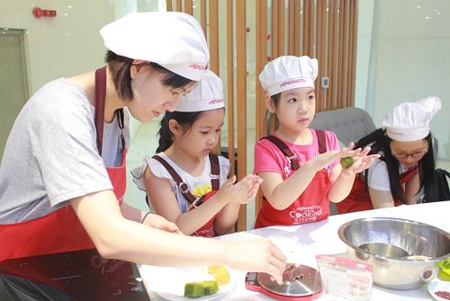 Chị Thuý (33 tuổi- Trương Định) cùng con gái là bé Ngân kể, tháng trước mẹ con chị học làm bánh trung thu Hàn Quốc nhiều màu sắc. Hôm nay, chị và bé học làm bánh trung thu con vật để mâm cỗ đêm rằm thêm đa dạng.