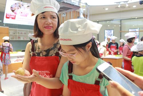 Chị Kim Oanh (quận Đống Đa) đi cùng con gái 11 tuổi rất thích học làm bánh, đi cùng mẹ tới lớp rất tự giác và hào hứng thực hành.