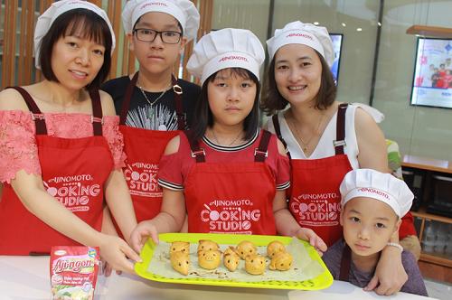 Cả gia đình khoe mẻ bánh đã nướng chín sau buổi học