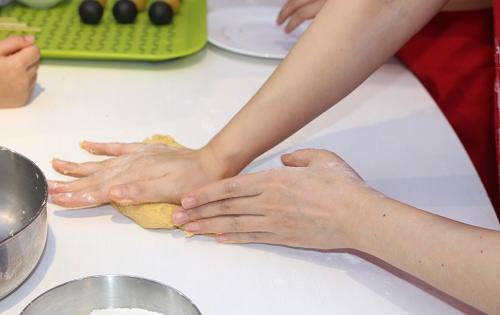 Khi nhà bột cần nhiều lực ở cổ tay,nên bố mẹ sẽ hỗ trợ các bé thực hiện giai đoạn này. Theo đầu bếp, trong bột bánh có gluten  một chất tạo độ dai, vì thế bột không nhào quá kỹ, tránh vỏ bánh nướngkhông bị chai.