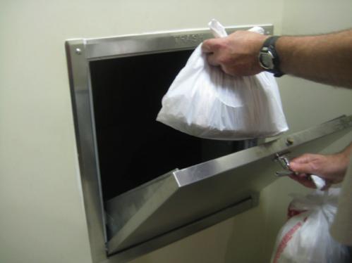 Không phải ai cũng giữ gìn vệ sinh chung khi đổ rác nên những gia đình chọn căn hộ gần khu tập kết rác có thể chịu nhiều phiền phức. Ảnh: ExCimex.
