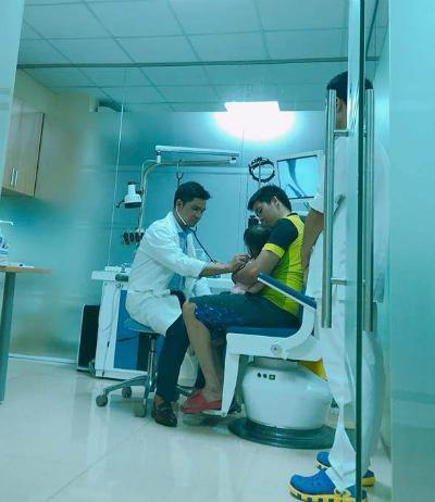 Bé Na được bác sĩ khám tại Bệnh viện sau khi hóc dị vật tại nhà hôm 30/9. Ảnh: NVCC.