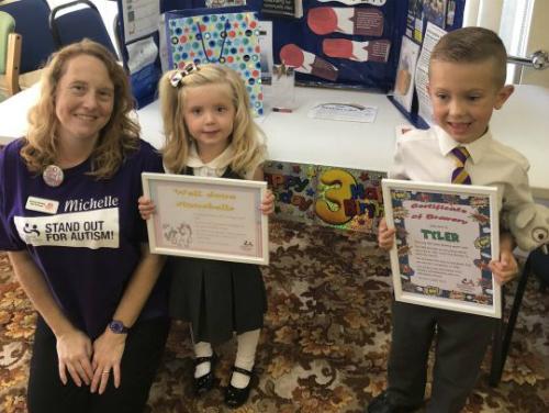 Tyler và em gái đều bị tự kỷ. Hai bé được trao giải thưởng dũng cảm của Hiệp hội tự kỷ quốc gia. Ảnh: Metro.
