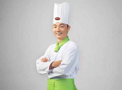 Đầu bếp Đinh Văn Toan được biết đến là người thầy trong giới ẩm thực; từng đảm nhiệm nhiều vị trí quan trọng tại các nhà hàng nổi tiếng.