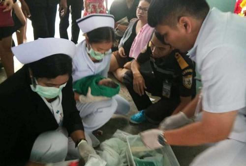 Em bé được sơ cứu ngay tại chỗ trước khi đưa tới bệnh viện chăm sóc.