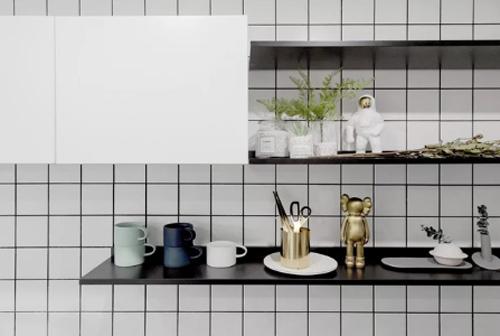 Những món đồ trang trí nhỏ xinh, tạo điểm nhấn trên từng kệ đồ, kể cả khu vực nhà bếp.