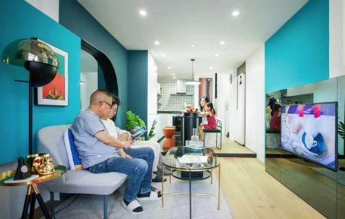... sau khi cải tạo trở nên hiện đại, bắt mắt hơn nhiều. Đây làkhông gian sinh hoạt chung của cả nhà, nối liền phòng khách và nhà bếp.