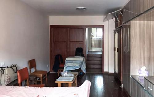 Không gian tầng 1 trước đây đơn điệu với vài chiếc bàn gỗ và tủ âm treo quần áo...