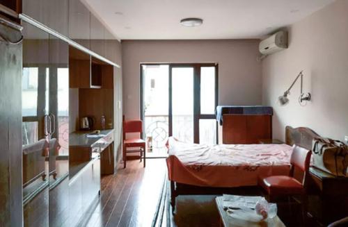 Tầng 2 trước đây chỉ có một chiếc giường ngủ nhỏ, tủ gỗ... giờ biến thành không gian làm việc và phòng ngủ của hai vợ chồng Lao Jin.