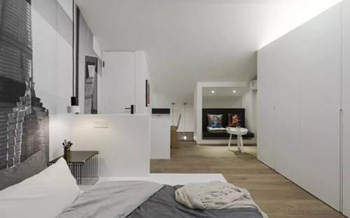 Nhiếp ảnh gia 50 tuổi dùng sơn màu trắng, xámđể khiến nhà có cảm giác rộng hơn, điểm xuyết trên tường là những bức tranh do chính ông vẽ