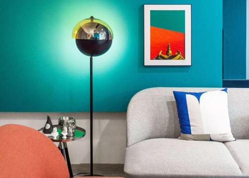 Gia chủ gây ấn tượng với cách sử dụng đồ nội thất tinh tế, từ bức tranh treo trên tường, đèn điện hay cả những vật dụng nhỏ để trên bàn.