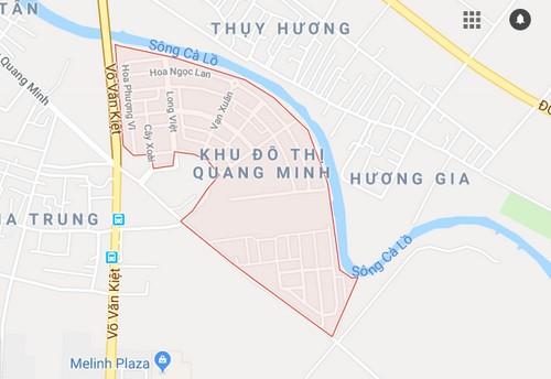 Khu đô thị Quang Minhnằm giáp với sông và đường cao tốc lớn, tách biệt với các khu dân cư lân cận.