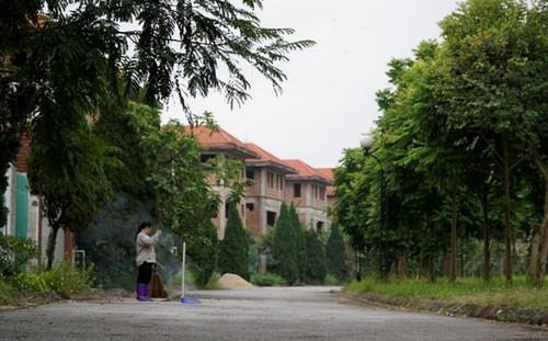 Buổi sáng ở khu đô thị Quang Minh có rất ít người qua lại. Rađời năm 2008, nơi đâytừng được kỳvọng là KĐT bậc nhất Hà Nội. Ảnh: Trọng Nghĩa.