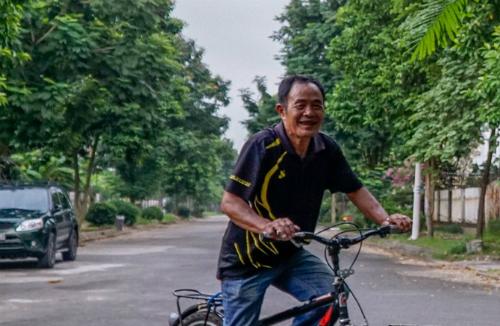 Trò giải trí chủ yếu của ông Bình (đường Cây Xoài, khu đô thị Quang Minh)là đạp xe quanh các con đường,tìm bạn đánh cờ. Ông từng muốn bán nhà về quê nhưng giá nhà ngày càng giảm.Ảnh: Trọng Nghĩa.