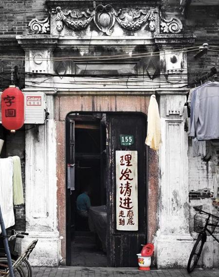 Ngôi nhà rộng 30 m2 trong một ngõ nhỏ ở Thượng Hải, gồm một giường ngủ, một phòng bếp và gác xếp. Vốn là một nhiếp ảnh, yêu thích sự tinh tế nên khi mua lại ngôi nhà này, Lao Jin thấy cần phải sửa chữa ngay. Ông đã cùng cậu con trai, một thiết kế đồ họa bắt tay vào cải tạo ngôi nhà.