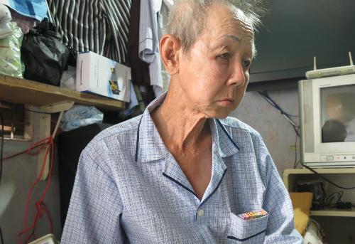 Mỗi ngày, ông Sang phải đi bộ khắp nơi để bán vé số kiếm tiền mưu sinh. Ảnh: P.T.