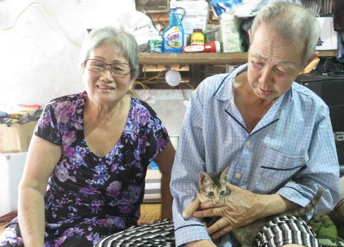 Ông Sang khoe, vừa rồi đã cũng bà Hai tham gia chương trình Mãi mãi thanh xuân và được nhận cúp của ban tổ chức. Ảnh: P.T.