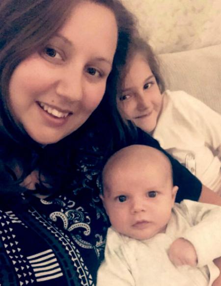 Alex và bé Ezra cùng cô con gái của chị. Ảnh: KennedyNews and Media.