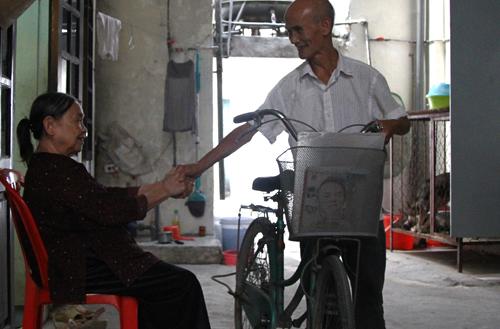 Cụ Linh tạm biệt vợ đi học. Ảnh: Phan Dương.