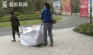 Lấy tiền của bà, cậu bé bị bố mẹ bắt đi nhặt rác gom tiền trả