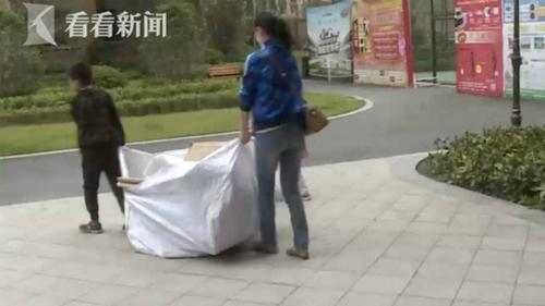 Cậu bé Hanghang dự kiến mất cả năm nữa mới gom đủ tiền từ việc nhặt phế liệu. Ảnh: knews.