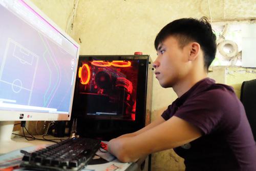 Phúc vẫn sử dụng máy tính điêu luyện dù hai cánh tay đã bị mất 1/3.