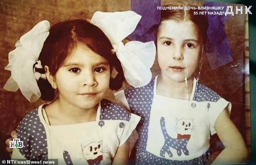 Yana (trái) khác hoàn toàn Uliyana (phải), nhưng 35 năm họ bị xem là chị em sinh đôi. Ảnh: NTV.