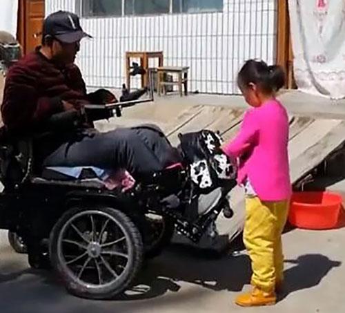 Cô bé giúp bố gần như mọi sinh hoạt hàng ngày.