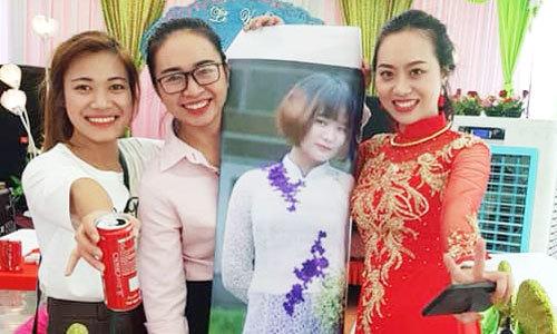 Cô gái Hải Dương dự đám cưới bạn bằng ảnh thế thân to như thật