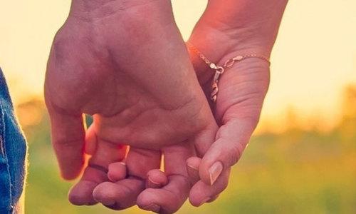 Cách nắm tay tiết lộ người đó có thực sự yêu bạn