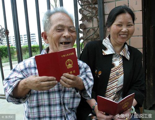 Ông Mao Shaoxuan, ở Long Tuyền Dịch (Thành Đô, Tứ Xuyên) vừa đăng ký kết hôn với bà Zhou, 51 tuổi, cùng làng. Ở tuổi 85, ông Mao chỉ con vài chiếc răng, nhưng ánh mắt của ông hạnh phúc trong lần cưới vợ thứ 5 này.