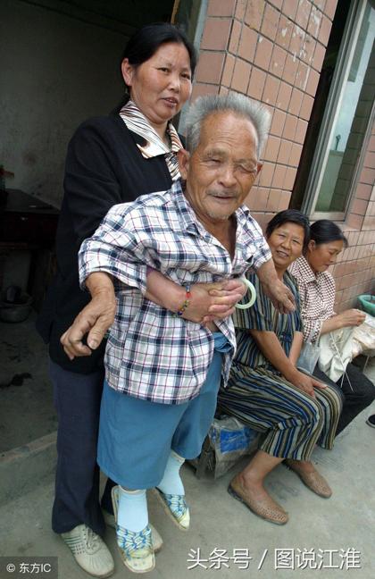 Bà Zhou, người vợ thứ 5 của ông Mao, chồng mất 10 năm trước, để lại 4 con. Khi bà có ý định kết hôn với ông Mao, các con bà đã kịch liệt phản đối vì khoảng cách tuổi tác và cơ thể của ông.