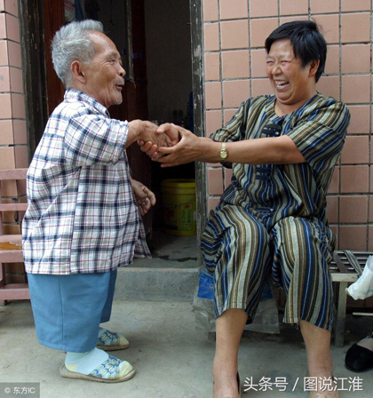Nhiều người tò mò về số tiền ông Mao có, song ông chỉ tiết lộ tiền gửi ngân hàng đã 6 số. Ông ấy khá thoáng tính. Vài năm trước trong thôn kêt gọi làm giếng, ông ấy đã đóng góp khi vài năm trước cộng đồng kêt gọi làm giếng làng, ông đã đóng góp 1000 tệ, trong tổng số 2000 tệ kêu gọi được, một người dân cạnh nơi ông Mao sinh sống cho biết.