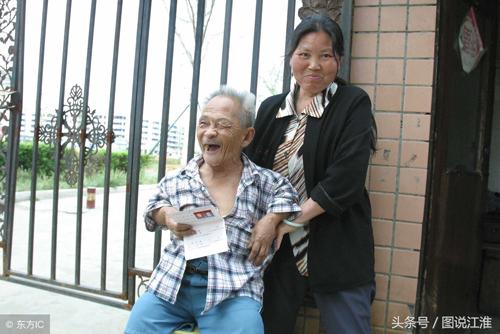 Tuy nhiên bà Zhao cho rằng, ông Mao tuy nhỏ nhưng vẫn khỏe mạnh. Cơ thể ông nhỏ nhắn, việc bà chăm sóc ông sẽ dễ dàng. Bà cũng cần một người nương tựa tuổi già, chỉ thế là đủ.