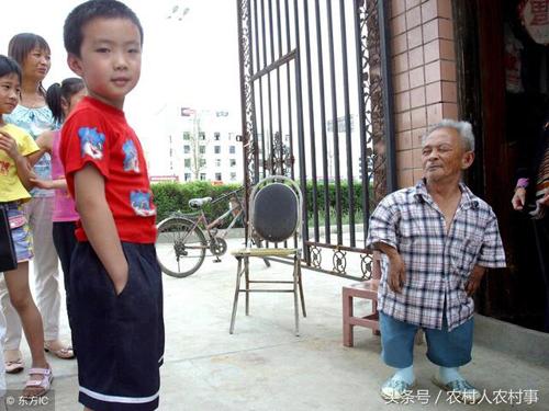 Tại những nơi khác, ông Mao kết hôn rồi ly hôn thêm 2 lần khác. Đến người thứ 4 sống cùng ông Mao lâu nhất. Bà qua đời 6 năm trước. Ông Mao không có người con nào trong 4 cuộc hôn nhân. Từ đó ông chỉ sống với chó, mèo và nuôi đến vài trăm con gà.