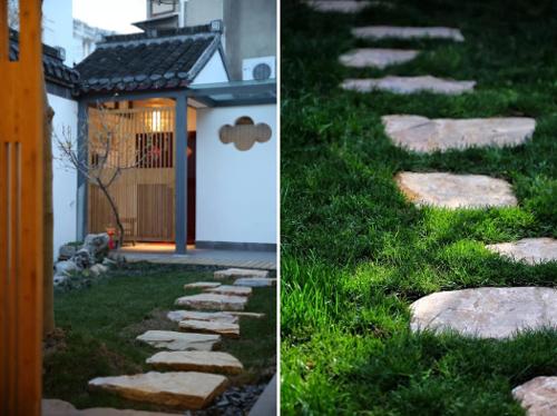 Lối dẫn vào nhà đi qua thảm cỏ xanh,lót đá.