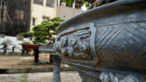 Ông Toàn đã đầu tư 20 chậu quý cho những cây giá trị cao, đặc biệt là những chậu từ thời vua Gia Long được chạm khắc tinh xảo. Ảnh: Trọng Nghĩa.