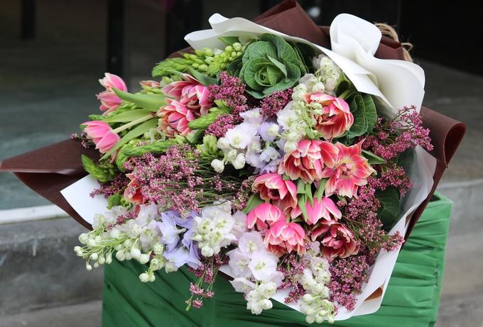 Ngày 20/10, chị em thích hoa đồng nội, quý ông chuộng hoa hồng