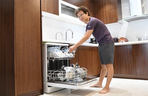 Chiếc máy rửa bát dung tích lớn nên làm sạch được đủ loại bát đĩa, xoong chảo.