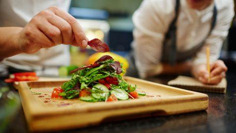 Tự tay chuẩn bị bữa tối có thể là món quà thực tế và yêu thương cho nàng. Ảnh: gustotv.com.