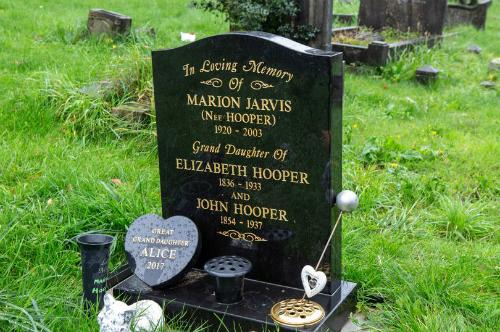 Ngôi mộ được ghi lưu trữ tro của cụ Marion, nhưng không hề có, và người ta tìm thấy tro của cụ ở một ngôi mộ khác, nằm cách xa đó cùng với một người lạ. Ảnh: Miror.