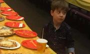 Chuyện đau lòng sau bức ảnh cậu bé ăn tiệc sinh nhật một mình