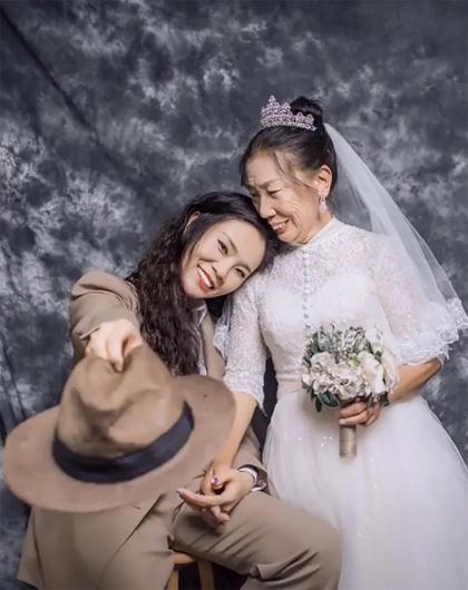 Cô gái Ma Er đóng giả nam giới để chụp ảnh cưới với mẹ. Ảnh: scmp.