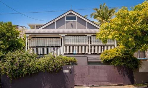 Vì thế, mọi người đi ngang qua ngôi nhà 3 tầng ở Queensland này sẽ thấy nó chỉ là một thiết kế cục mịch, nhàm chán.
