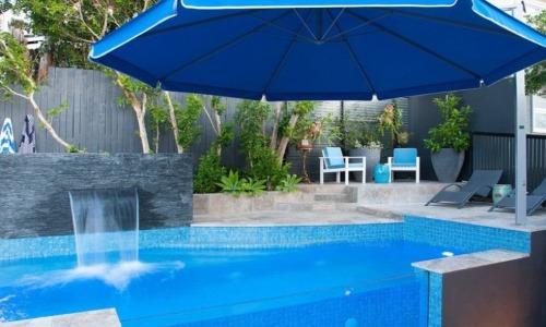 Bể bơi của ngôi nhà 4 phòng ngủ.