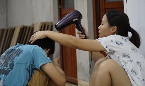 Sấy tóc cho cả đàn trẻ tự kỷ là công việc gần cuối mỗi ngày của cô Dung, sau khi lũ trẻ, dù lớn đến bé, tắm xong. Ảnh: Trọng Nghĩa.