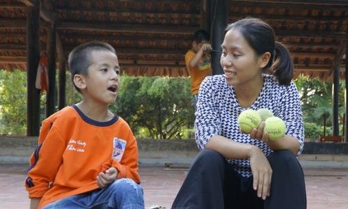 Cô Dung dành thời gian mỗi ngày để trò chuyện với từng em nhỏ, giúp các em nói nhiều hơn. Ảnh: Trọng Nghĩa.