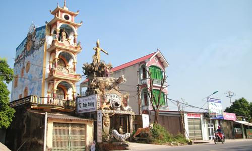 Ngôi nhà có kiế trúc kỳ dị là nơi sinh sống của gia đình anh Tưởng 6 năm qua. Ảnh:Phan Dương.